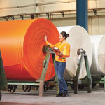 Sattes Orange: Produktkontrolle in einem Zulieferbetrieb von Engelbert Strauss.